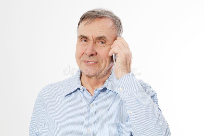 愉快的老人谈话在白色backgrpund隔绝的电话 老商人有交谈 男性起了皱纹面孔特写镜头 复制 免版税库存照片