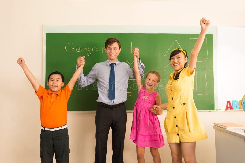 愉快的老师和他的学生 免版税图库摄影