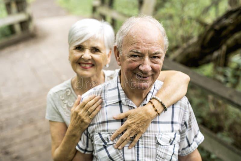 愉快的老年长白种人夫妇在公园 免版税库存照片