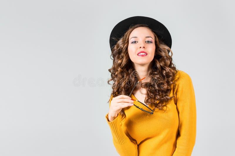 愉快的耳机听的音乐妇女年轻人 免版税库存图片