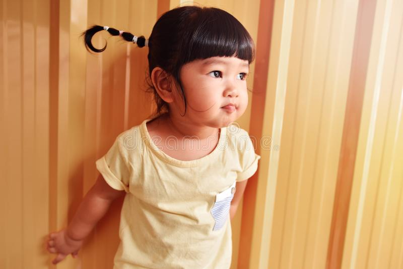 愉快的聪明的孩子画象,看亚裔的女孩外面, 2年O 免版税库存照片