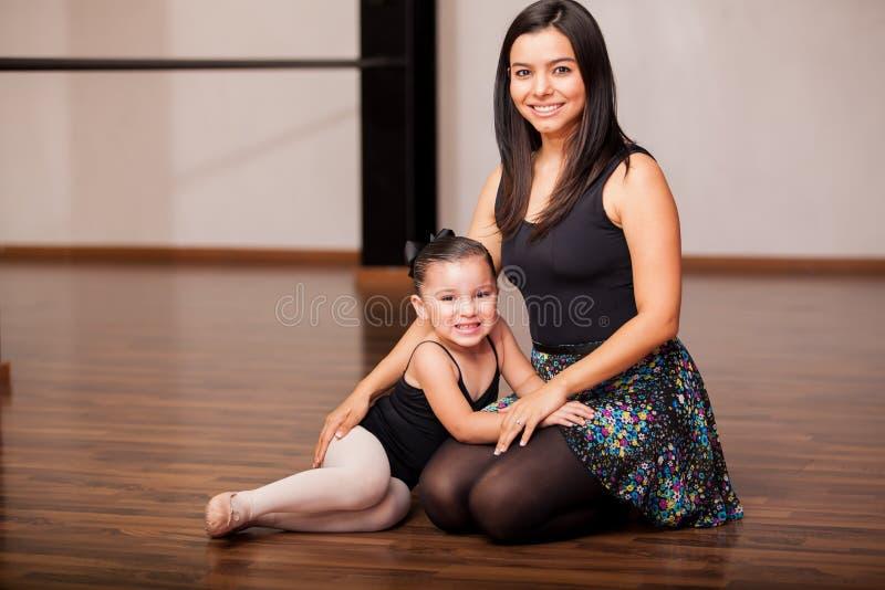 愉快的舞蹈辅导员和学生 库存图片
