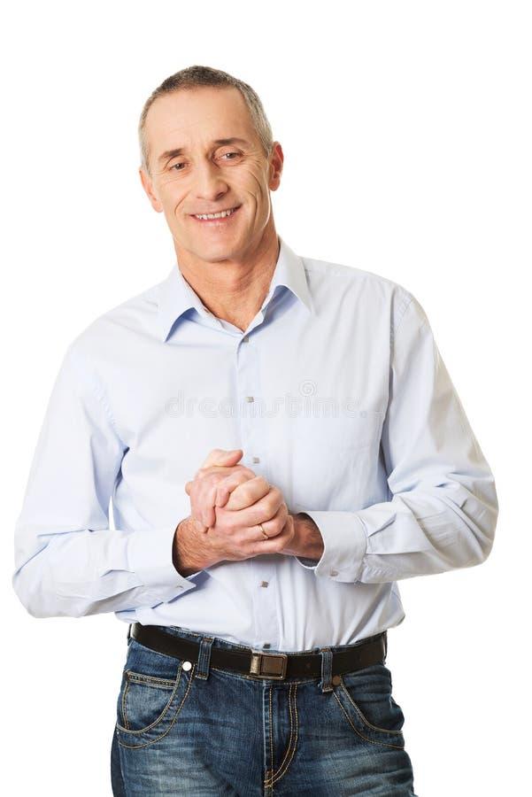 愉快的英俊的人用握紧的手 免版税库存照片