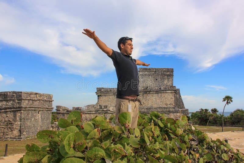 愉快的英俊的年轻墨西哥人画象  库存图片