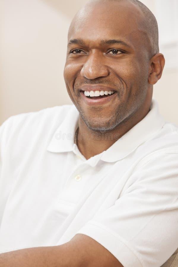 愉快的英俊的非裔美国人的人在家 免版税库存照片