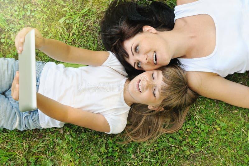 愉快的获得乐趣和采取在gr的女孩和她的母亲selfie 库存图片