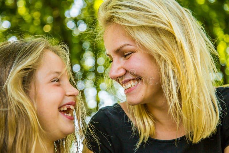愉快的获得妈妈和的女儿乐趣,愉快的家庭 库存照片