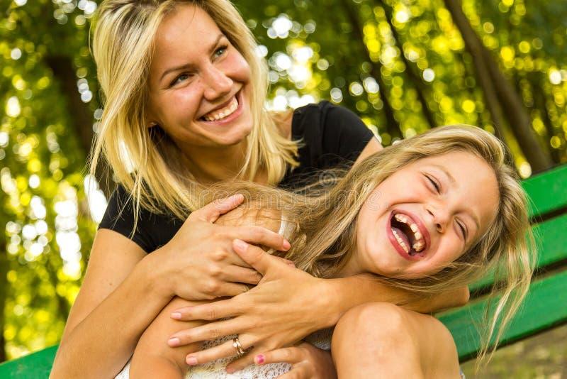 愉快的获得妈妈和的女儿乐趣,愉快的家庭 免版税库存照片