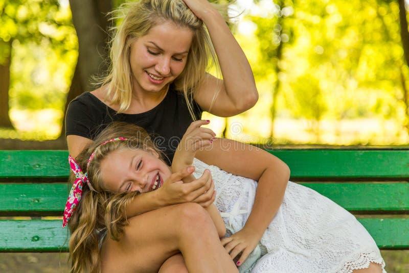 愉快的获得妈妈和的女儿乐趣,愉快的家庭 免版税图库摄影