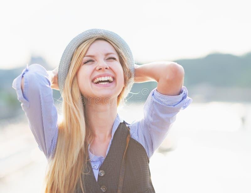 愉快的行家女孩欣喜画象在城市 免版税库存图片