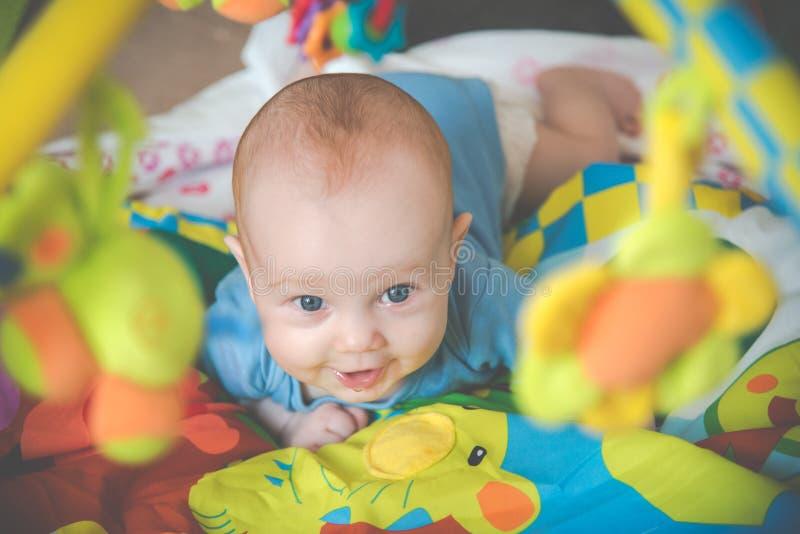 愉快的表示婴孩 免版税库存图片