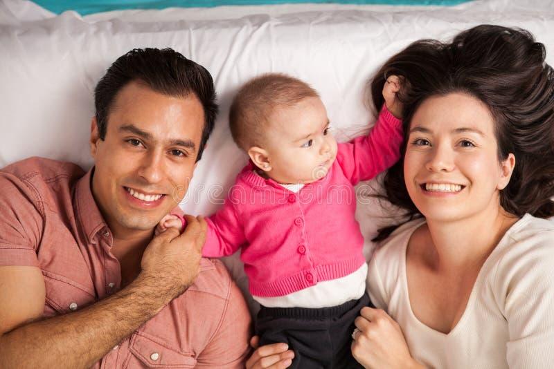 愉快的西班牙父母和他们的婴孩 库存照片