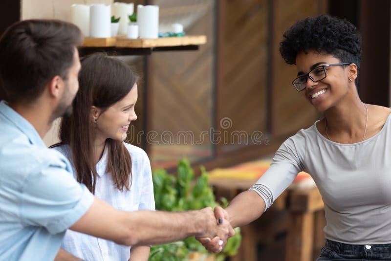 愉快的见面的夫妇握手女性专家 库存照片