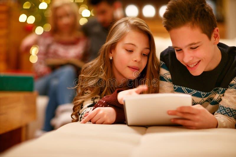 愉快的说谎男孩和的女孩和给圣诞老人写信为Ch 库存照片