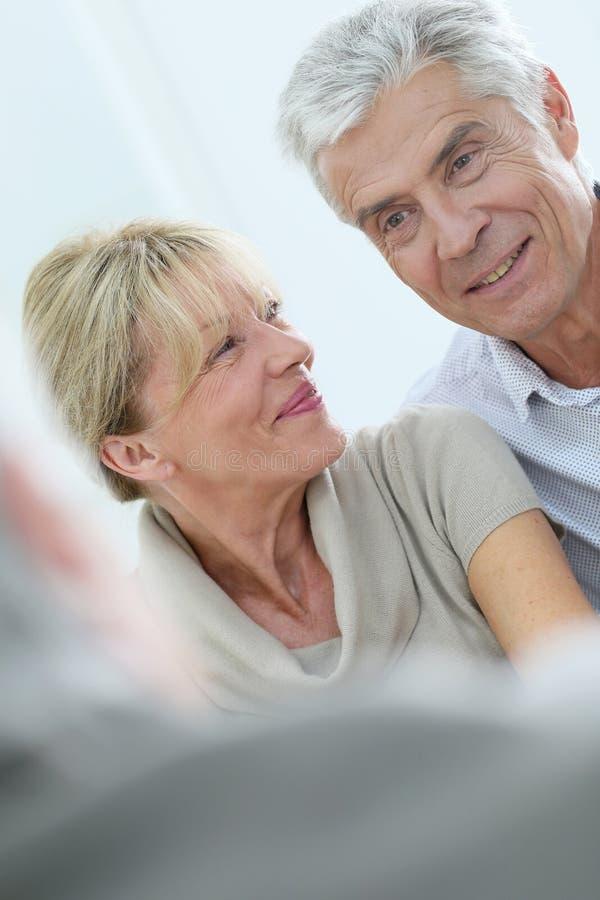 愉快的资深夫妇画象在疗法的 免版税库存图片