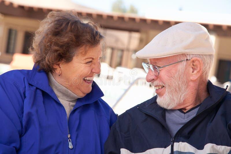 愉快的资深成人夫妇被包户外 库存图片