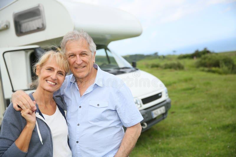 愉快的资深有野营汽车的夫妇观光的巴斯克国家 库存图片