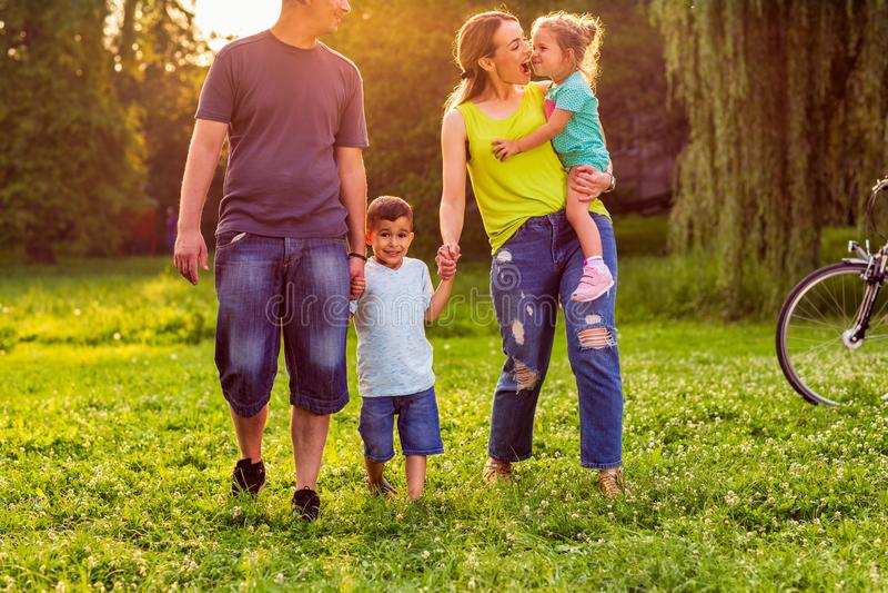 愉快的走与父母的家庭幼儿在公园 图库摄影