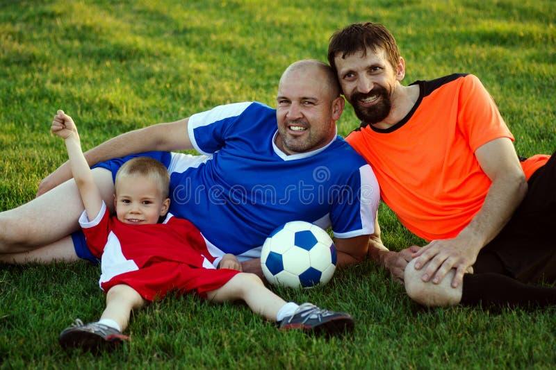 愉快的足球家庭 免版税库存照片