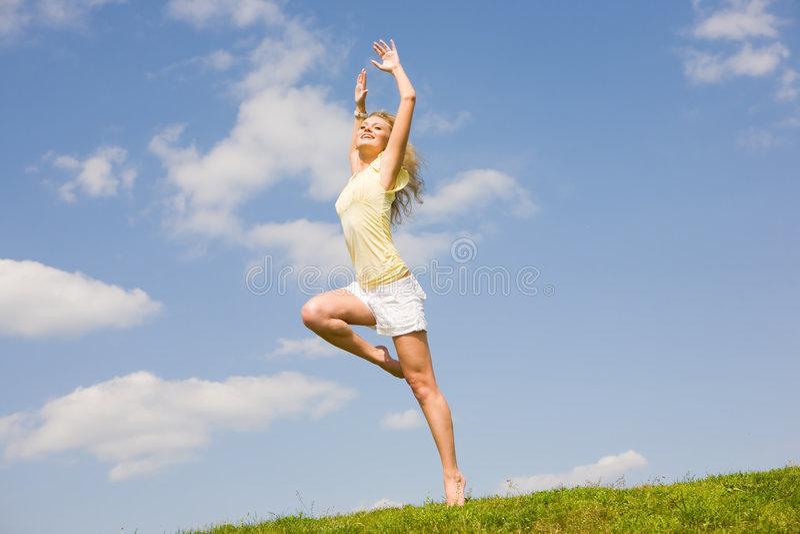 愉快的跳的妇女年轻人 库存照片