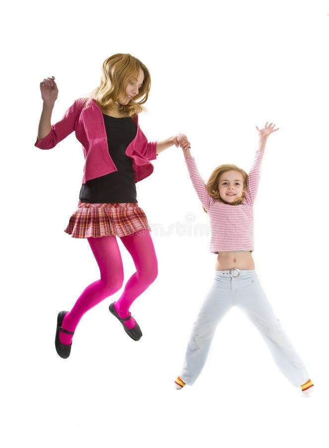 愉快的跳的姐妹一起 免版税库存图片