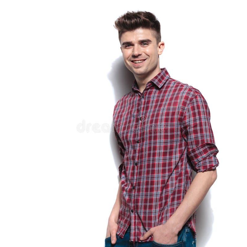 愉快的轻松的男服有滚动的袖子的红色验查员衬衣 库存图片