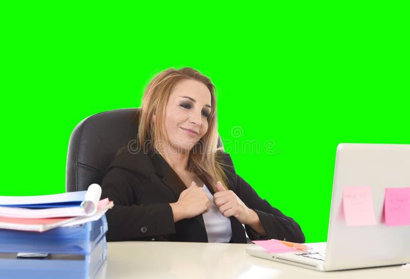 愉快的轻松的40s女实业家微笑的确信工作在膝部 免版税库存照片