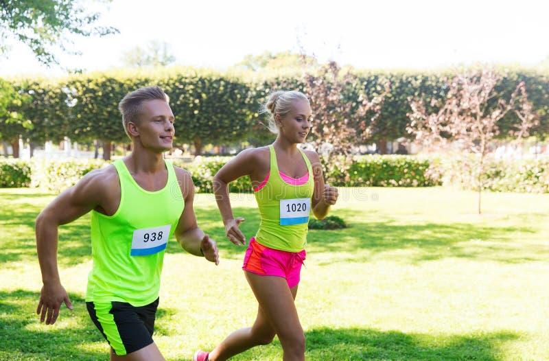 愉快的运动员夫妇赛跑的机智徽章数字 免版税库存图片