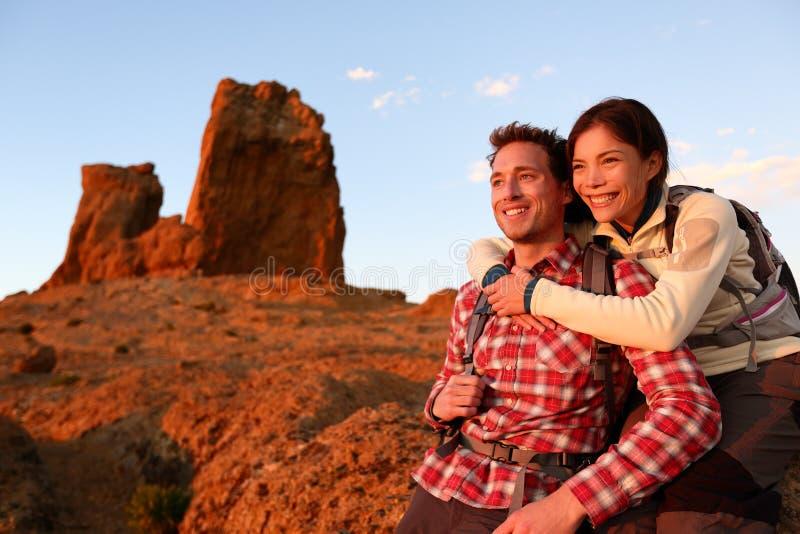 愉快的远足夫妇活跃的生活方式户外 免版税库存图片