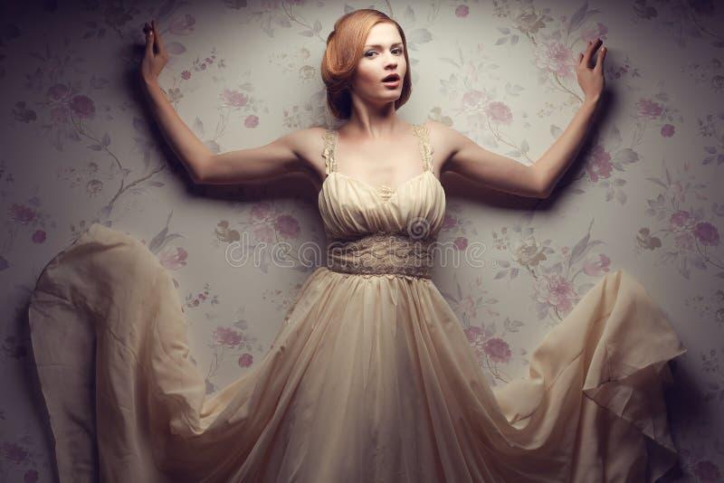 愉快的迷人的红发女孩葡萄酒画象凉快的礼服的 免版税库存图片