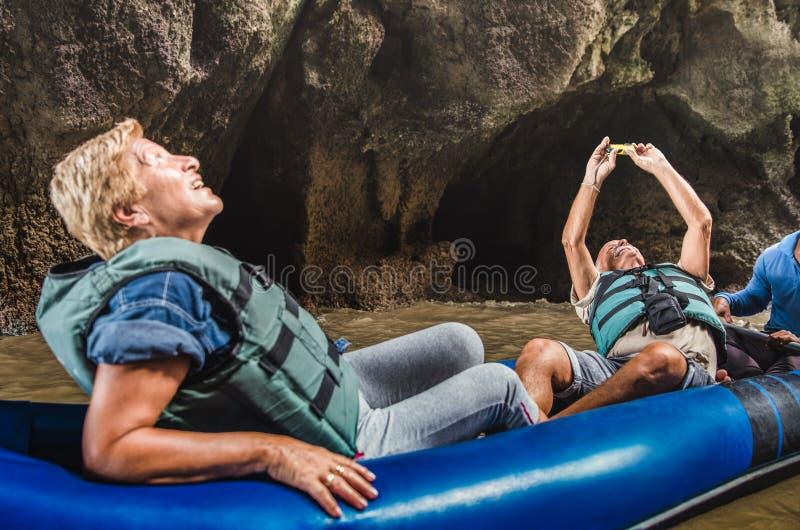 愉快的退休的资深夫妇获得乐趣在旅行在泰国附近 库存照片