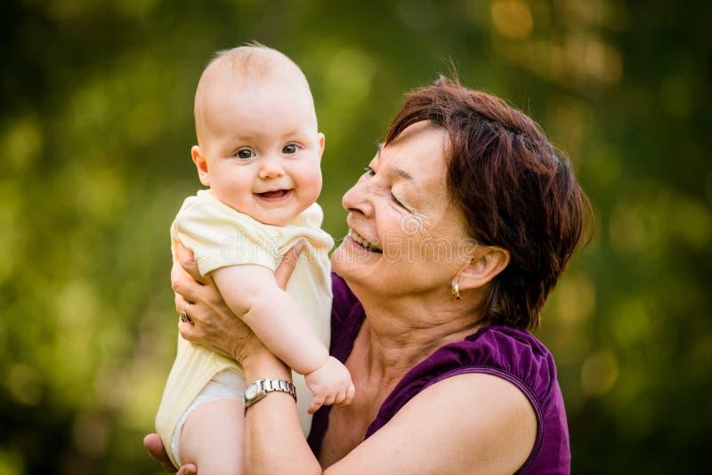 愉快的退休-有婴孩的祖母 免版税图库摄影
