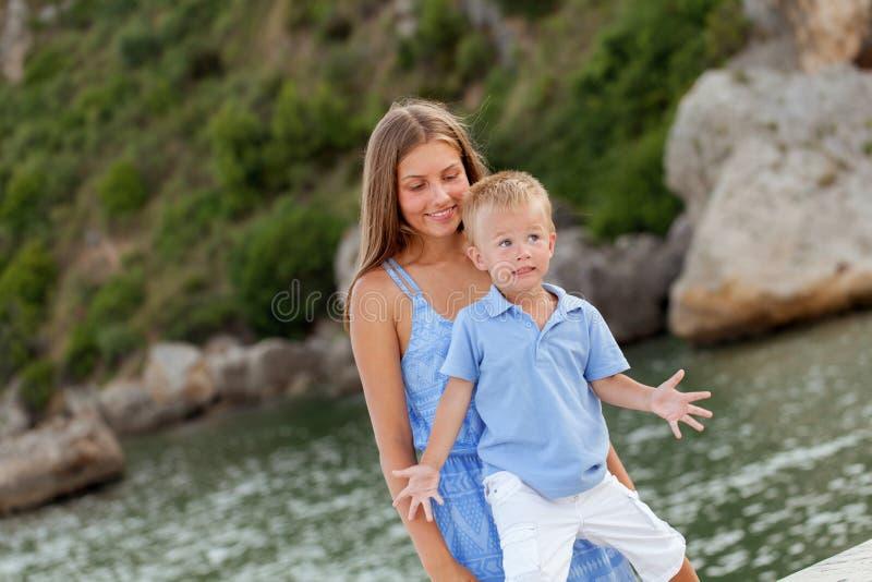 愉快的逗人喜爱的大姐和弟弟画象  图库摄影