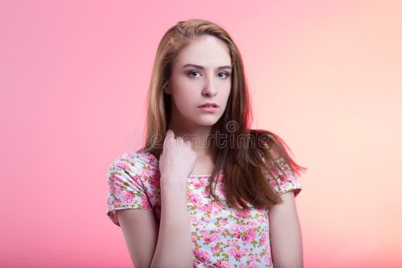?? 愉快的逗人喜爱的女孩画象  免版税库存照片