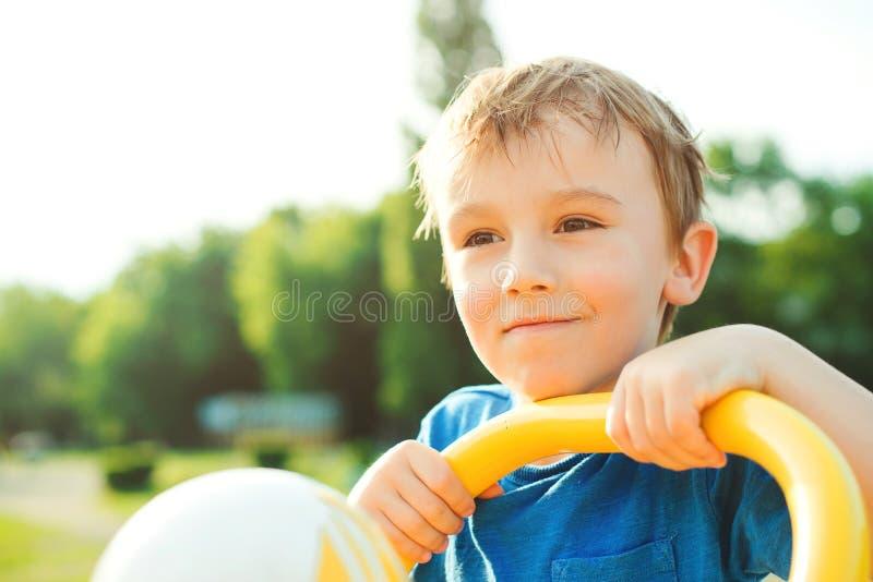 愉快的逗人喜爱的孩子画象 获得快乐的小男孩乐趣户外 暑假概念 在自然背景的美丽的孩子, 免版税库存图片