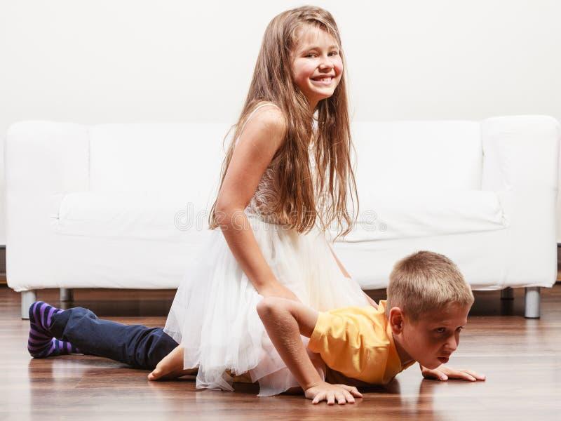 愉快的逗人喜爱的孩子获得小女孩和的男孩乐趣 免版税图库摄影