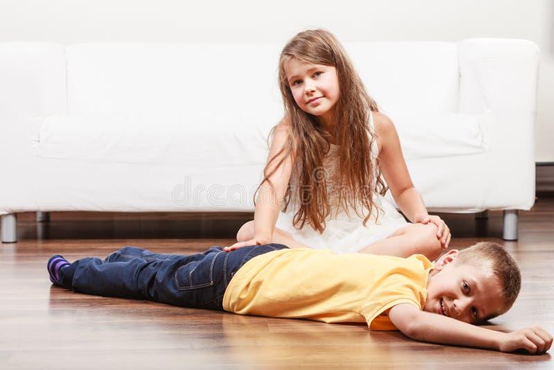 愉快的逗人喜爱的孩子获得小女孩和的男孩乐趣 图库摄影