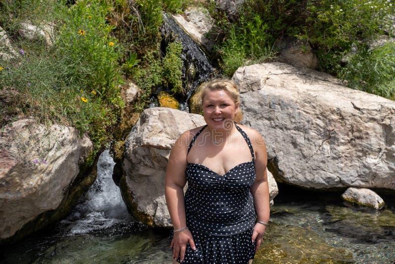 愉快的逗人喜爱的白肤金发的妇女在锯齿山的时爱达荷摆在,当在Goldbug温泉城 免版税库存照片