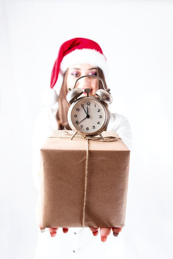 愉快的逗人喜爱的肥胖圣诞老人女孩 在圣诞老人帽子的模型 XXL妇女著名人士 免版税库存图片