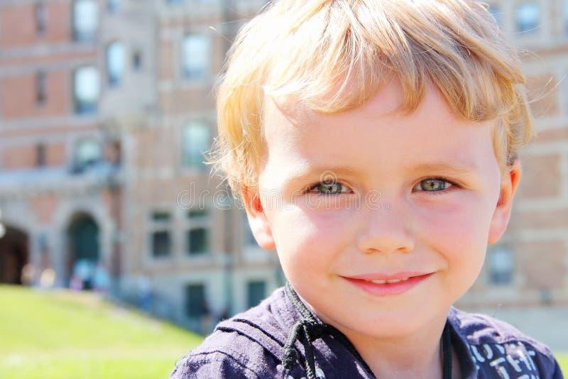 愉快的金发小男孩室外特写镜头 库存照片