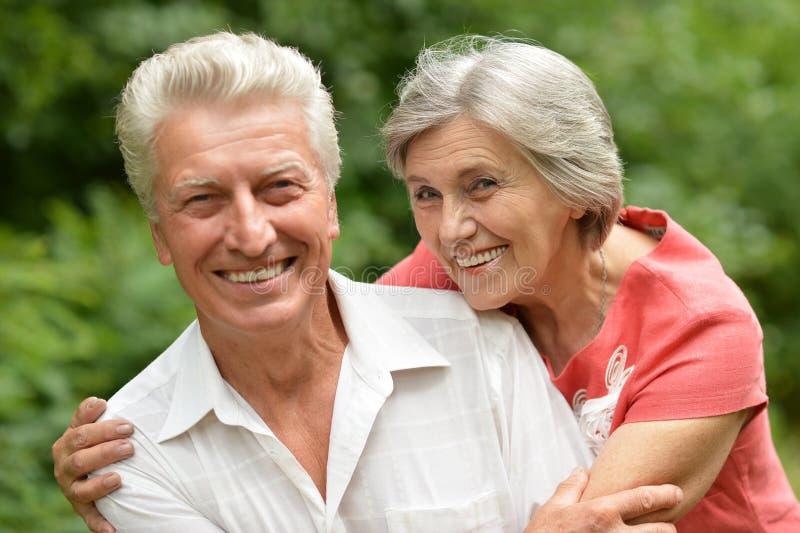 愉快的长辈夫妇 免版税库存图片