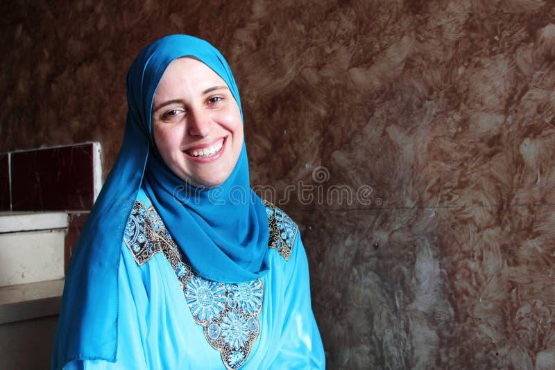 愉快的阿拉伯回教妇女佩带的hijab 免版税库存图片