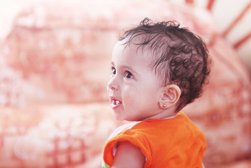 愉快的阿拉伯女婴 免版税库存照片