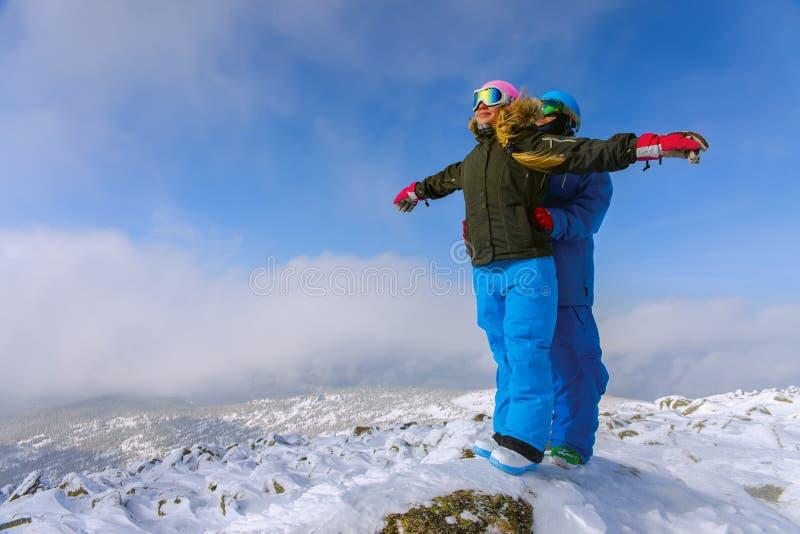 愉快的雪板运动夫妇 免版税库存照片