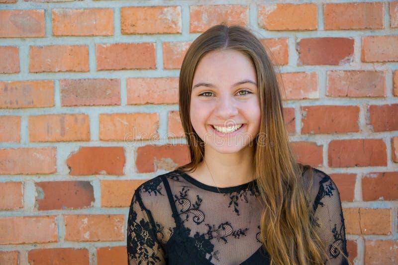 愉快的青少年的微笑的女孩 免版税库存照片