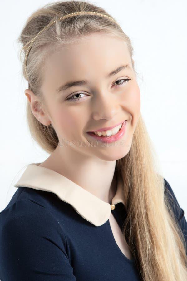 愉快的青少年的老化女孩微笑的画象 免版税库存图片