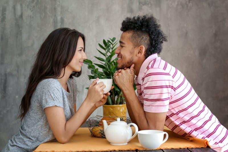 愉快的非裔美国人的夫妇饮用的茶在家 免版税库存图片