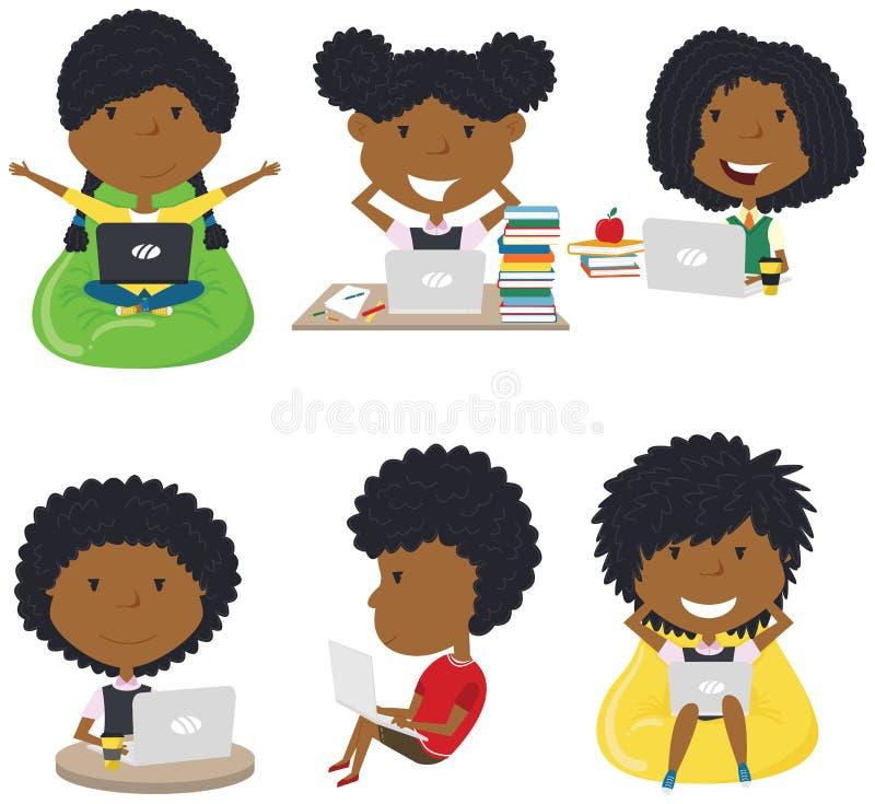 愉快的非裔美国人的女孩用计算机学会和做家庭作业 免版税图库摄影