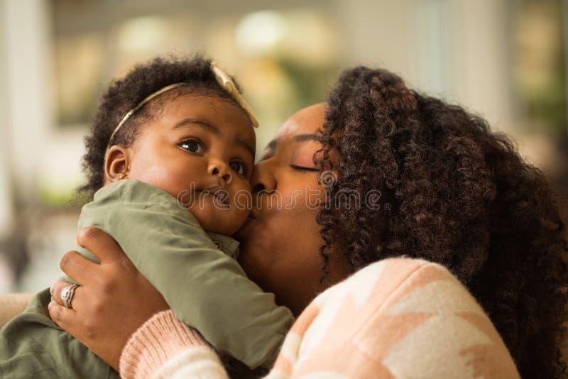 愉快的非裔美国人的母亲和她的daugher 库存照片