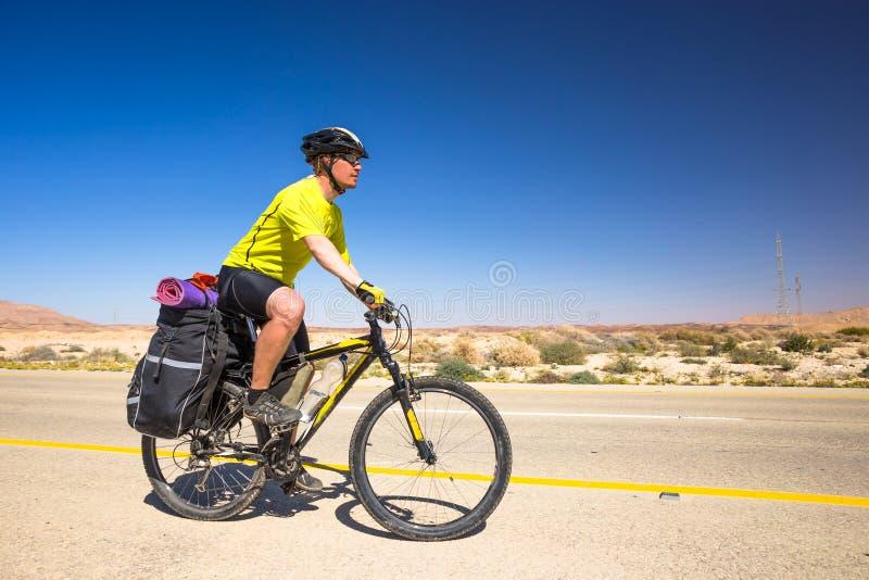 Download 愉快的骑自行车的人在美丽的路放松在以色列沙漠 晴朗的热的天 库存照片 - 图片 包括有 冒险家, 自行车骑士: 72353090
